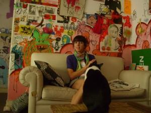 Las paredes, llenas de imágenes, dejan bien claro a qué se dedican Chinaski y su novio
