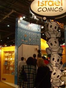 Cuatro dibujantes argentinos dibujan en vivo ante los visitantes de la Feria, en el stand de Israel