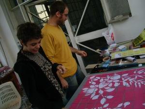 """Tanguy y Al Rabin """"curando"""" una de las obras de la muestra 10x10, de la editorial Atrabile"""