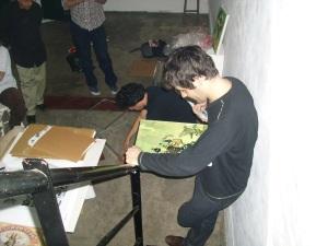 Lucas Nine corrige uno de sus originales durante el pre-montaje de su muestra