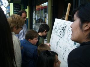 """En la calle, """"los chicos de Baert"""" demostrando su talento para las viñetas"""