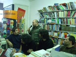 La charla al público presentando libros