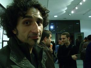 Max Aguirre, posando a cámara. De fondo, Santullo y Javier Hildebrant.