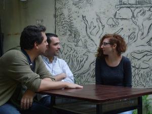 Diego Agrimbau (izq.), Deveney y Claire Latxague, en previa a la charla de inauguración