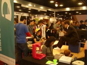Una escena repetida: los stands que invitaron a participar a los visitantes. Acá, un joven dibujando en tableta digital a un cosplayer.