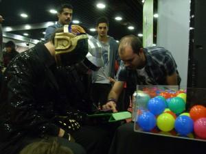 Dos cosplayers probando un videojuego, otro costado de Montevideo Comics.