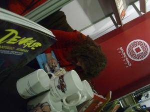La argentina Lauri Fernández, firmando libros en el stand de Belerofonte/Dragon Comics