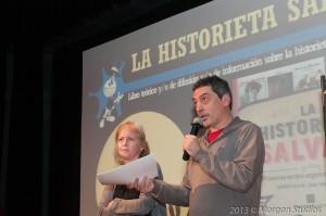 """Gociol y Gutiérrez, al recibir el premio a su """"La historieta salvaje""""."""
